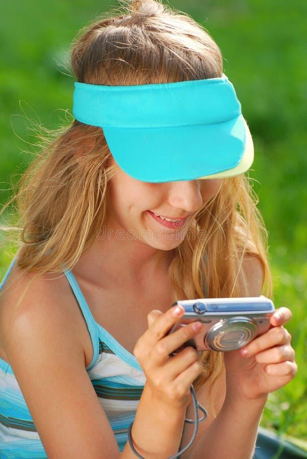 Muchacha que toma las fotos por la cámara digital fotografía de archivo libre de regalías