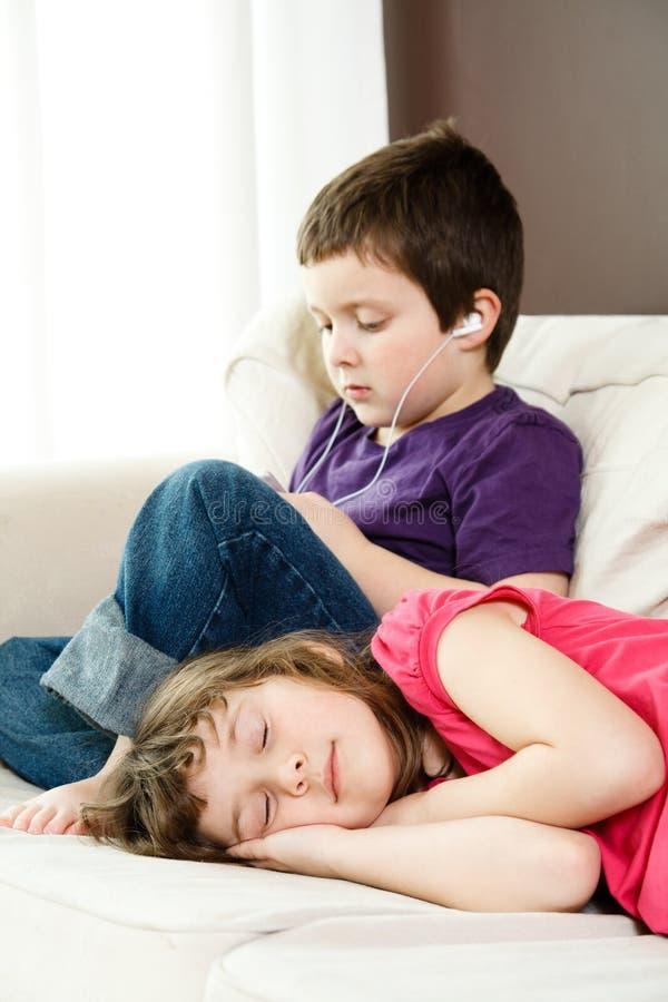 Muchacha que toma una siesta foto de archivo