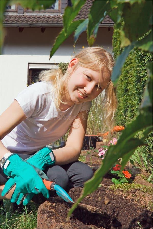 Muchacha que trabaja en el jardín foto de archivo libre de regalías