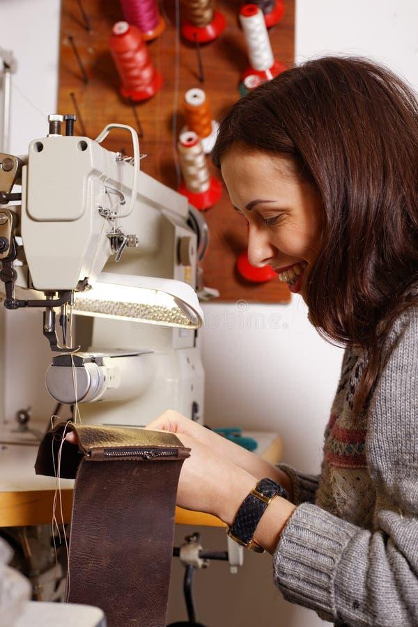 Muchacha que trabaja en la máquina de coser imagen de archivo libre de regalías