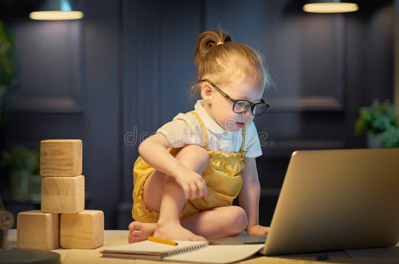 Muchacha que trabaja en un ordenador foto de archivo