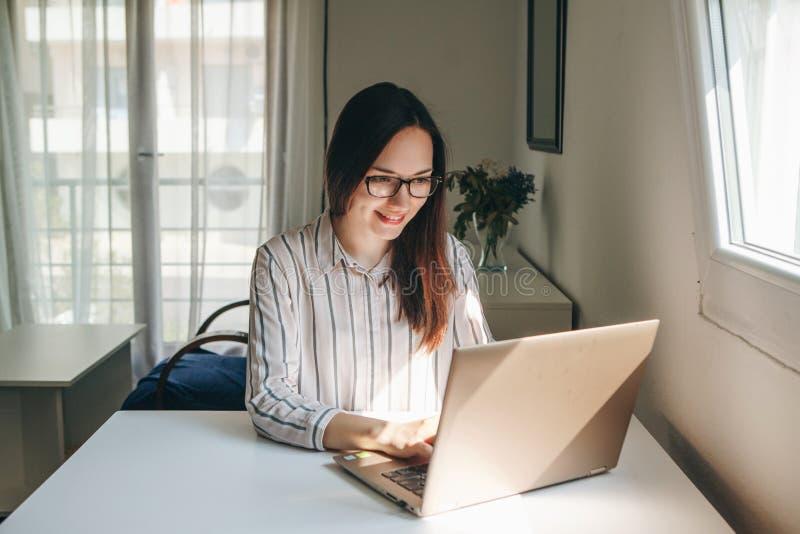 Muchacha que trabaja usando el ordenador port?til en Ministerio del Interior imágenes de archivo libres de regalías