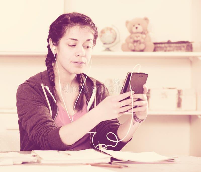 Muchacha que usa el teléfono imágenes de archivo libres de regalías