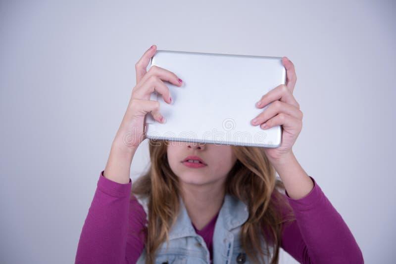 Muchacha que usa una tableta foto de archivo