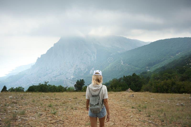 Muchacha que va de excursión en montañas imagen de archivo