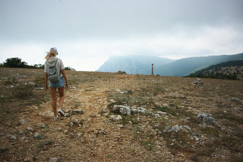 Muchacha que va de excursión en montañas foto de archivo libre de regalías