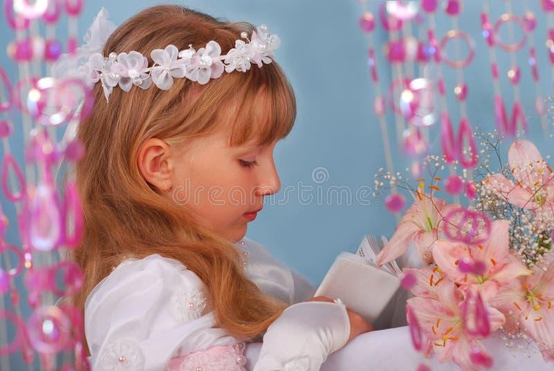 Muchacha que va a la primera comunión santa foto de archivo libre de regalías