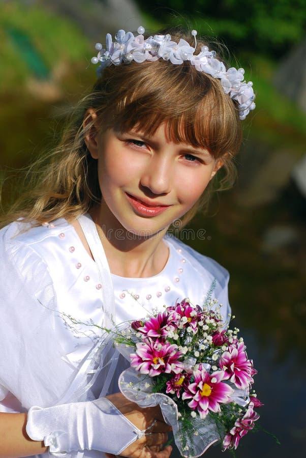 Muchacha que va a la primera comunión santa en sepia fotos de archivo libres de regalías
