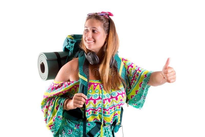 Muchacha que viaja con la mochila que hace autostop imagen de archivo libre de regalías
