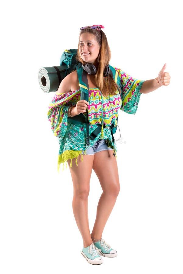 Muchacha que viaja con la mochila que hace autostop imágenes de archivo libres de regalías