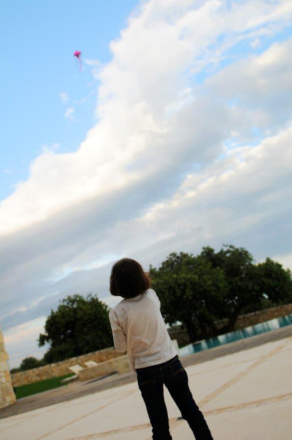 Muchacha que vuela la cometa roja imágenes de archivo libres de regalías