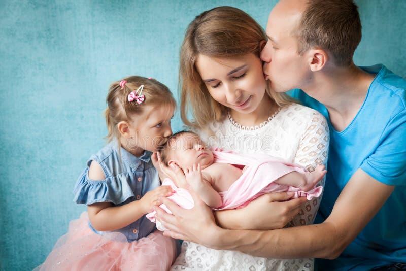 Muchacha recién nacida durmiente con su familia imagenes de archivo