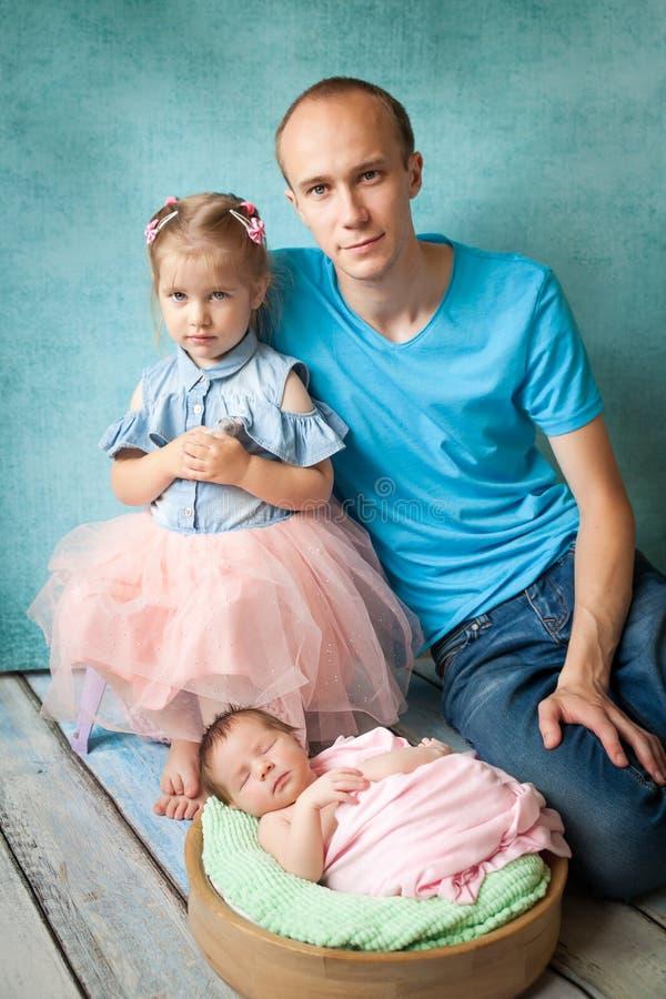Muchacha recién nacida durmiente con su familia fotografía de archivo libre de regalías