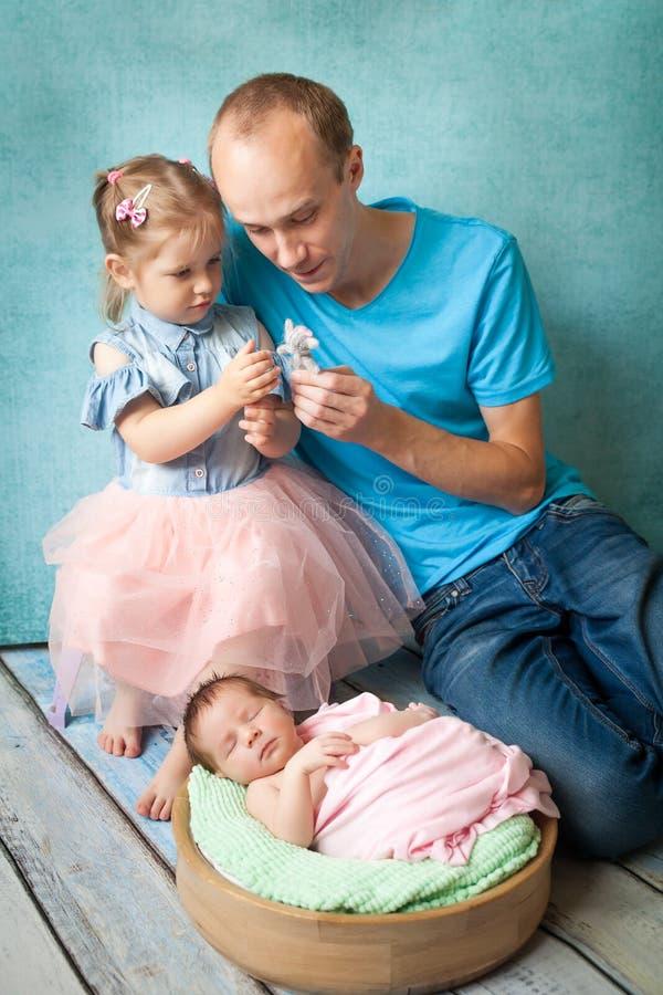 Muchacha recién nacida durmiente con su familia fotos de archivo