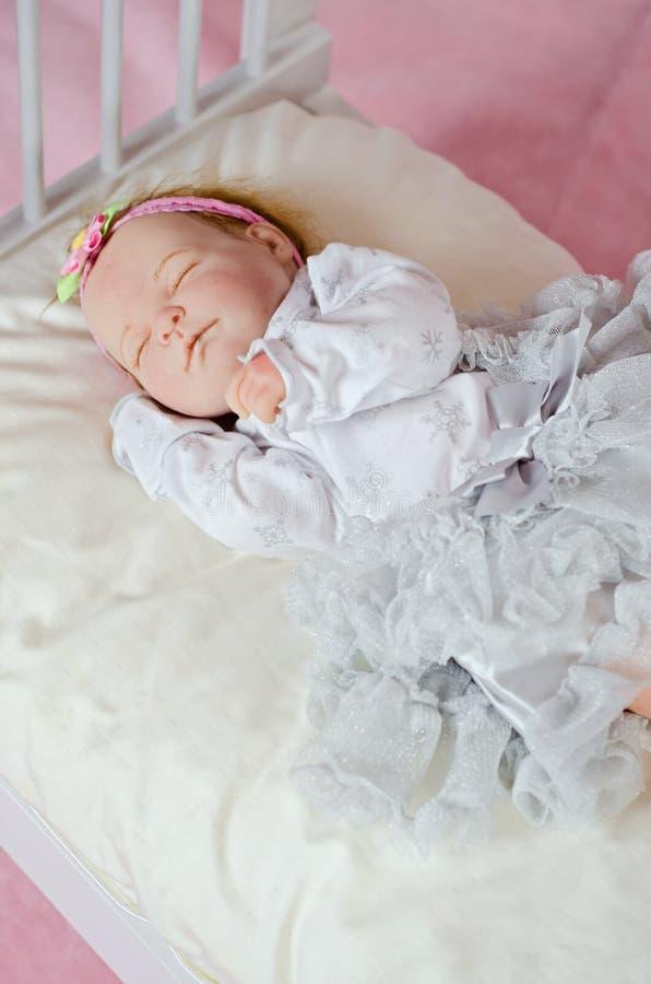Muchacha recién nacida durmiente de la muñeca fotos de archivo