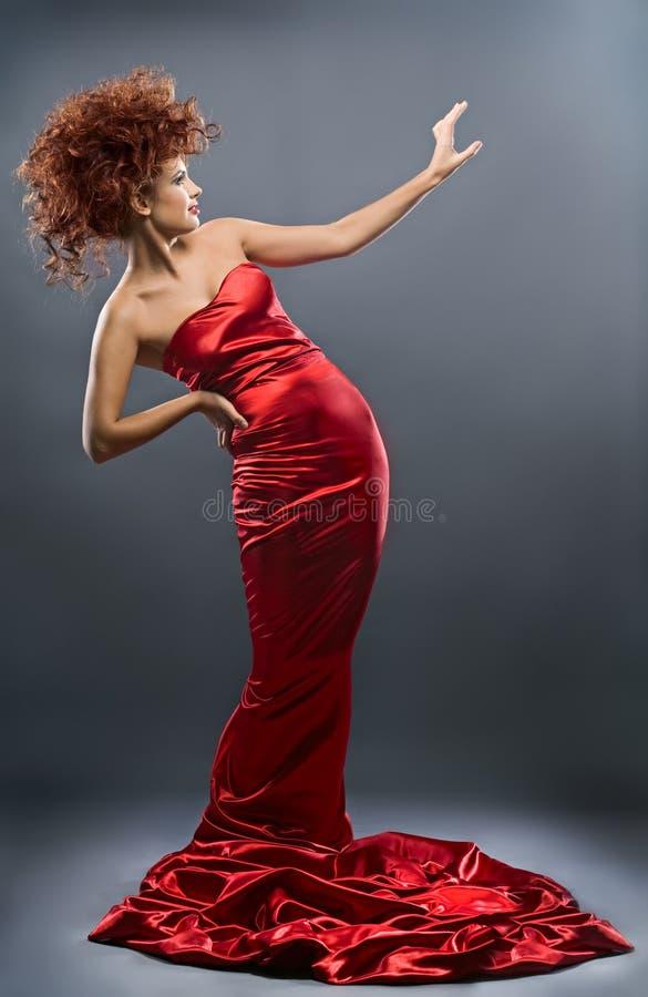 Muchacha redheaded de la belleza en alineada de la manera foto de archivo libre de regalías