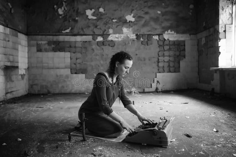 Muchacha retra en los libros de lectura viejos de la casa fotografía de archivo