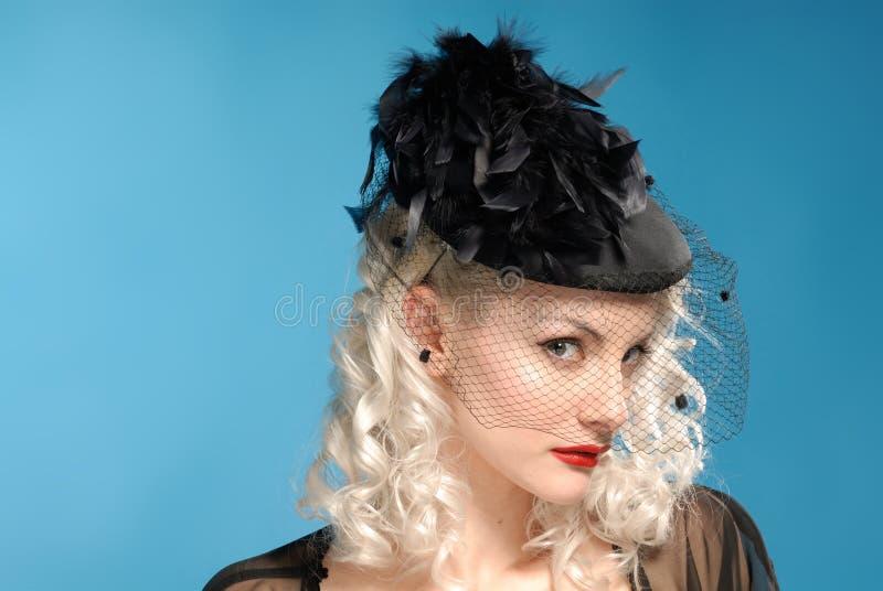 Muchacha retra magnífica en sombrero de los años '40 con las plumas foto de archivo