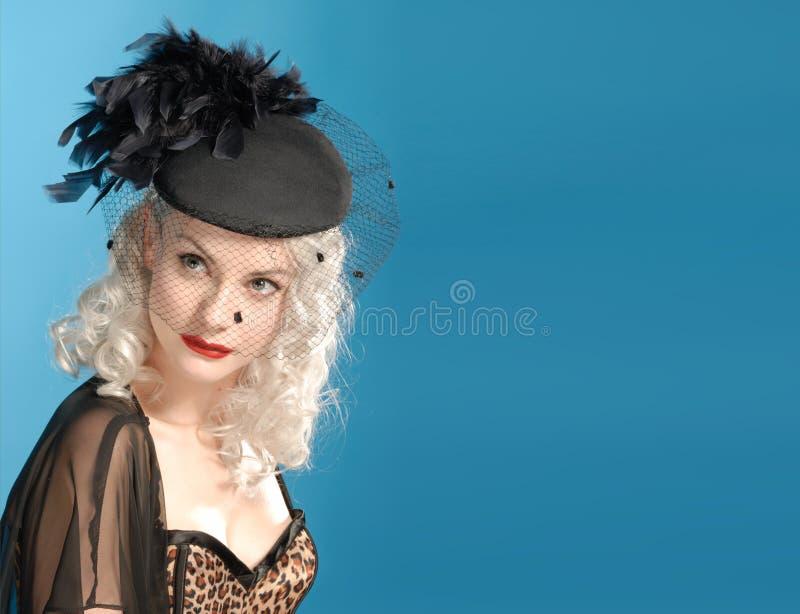 Muchacha retra magnífica en sombrero de los años '40 con las plumas fotos de archivo