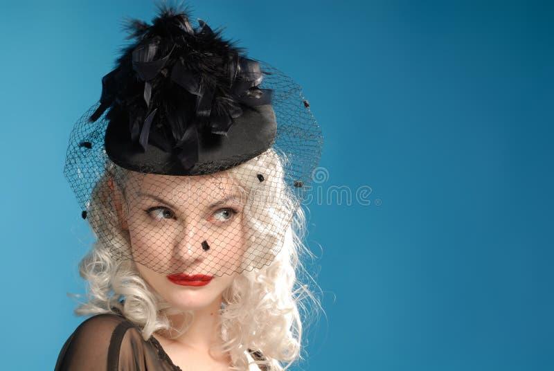 Muchacha retra magnífica en sombrero de los años '40 con las plumas imagen de archivo