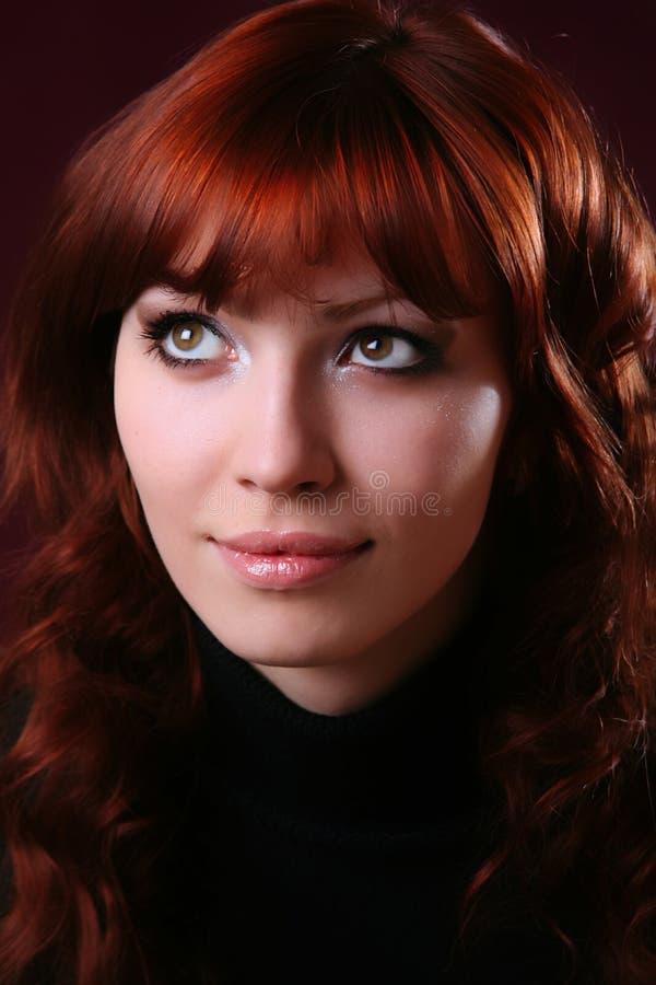 muchacha roja atractiva del pelo fotografía de archivo