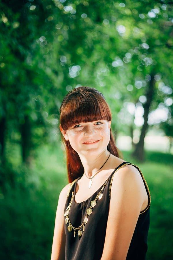Muchacha roja del pelo de la belleza feliz joven en naturaleza adentro fotos de archivo libres de regalías