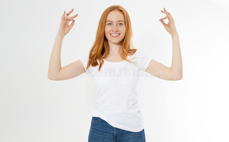 Muchacha roja del pelo de la sonrisa bonita en la posición del zen - yoga y meditación La mujer joven ocasional vestida hermosa q imágenes de archivo libres de regalías