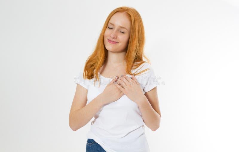 Muchacha roja del pelo que toca su corazón Vida sana del estilo de vida Romance y lenguaje corporal del amor Cara y plantilla fel foto de archivo libre de regalías