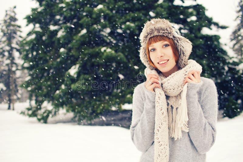 Muchacha en parque del invierno foto de archivo