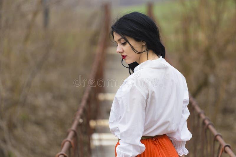 Muchacha romántica en un puente fotos de archivo libres de regalías