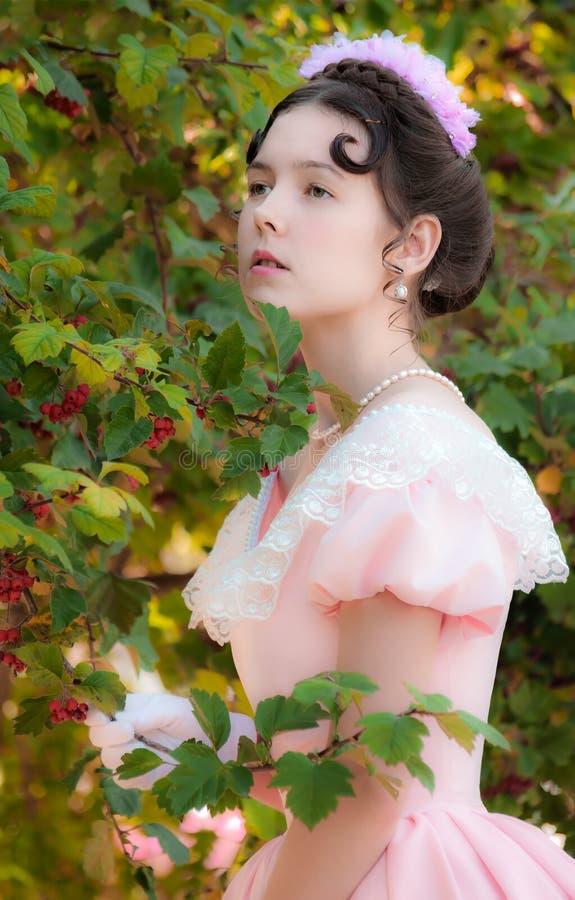 Muchacha romántica, encantadora en un vestido de noche en sueños del amor fotos de archivo
