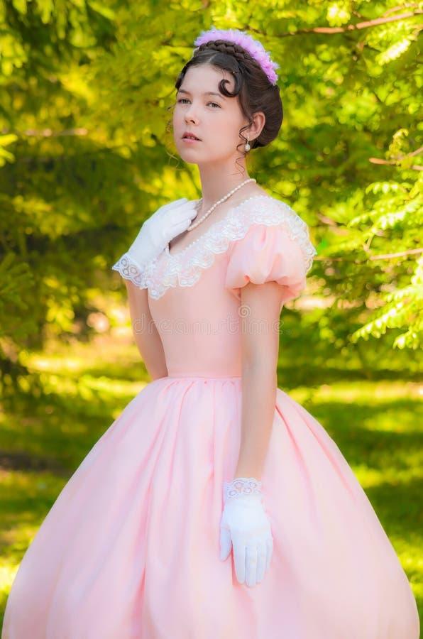 Muchacha romántica, encantadora en un vestido de noche en sueños del amor fotografía de archivo libre de regalías