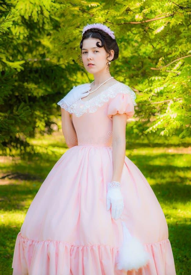 Muchacha romántica, encantadora en un vestido de noche en sueños del amor foto de archivo