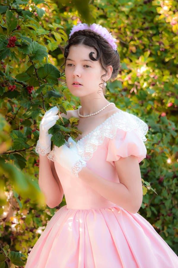 Muchacha romántica, encantadora en un vestido de noche en sueños del amor fotografía de archivo