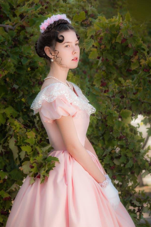 Muchacha romántica, encantadora en un vestido de noche en sueños del amor imagen de archivo libre de regalías