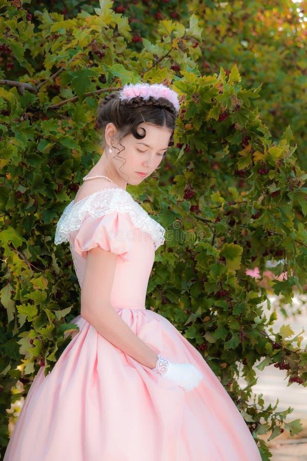 Muchacha romántica, encantadora en un vestido de noche en sueños del amor imagen de archivo