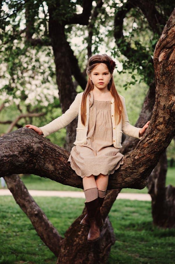 Muchacha romántica linda del niño en vestido natural beige fotos de archivo libres de regalías