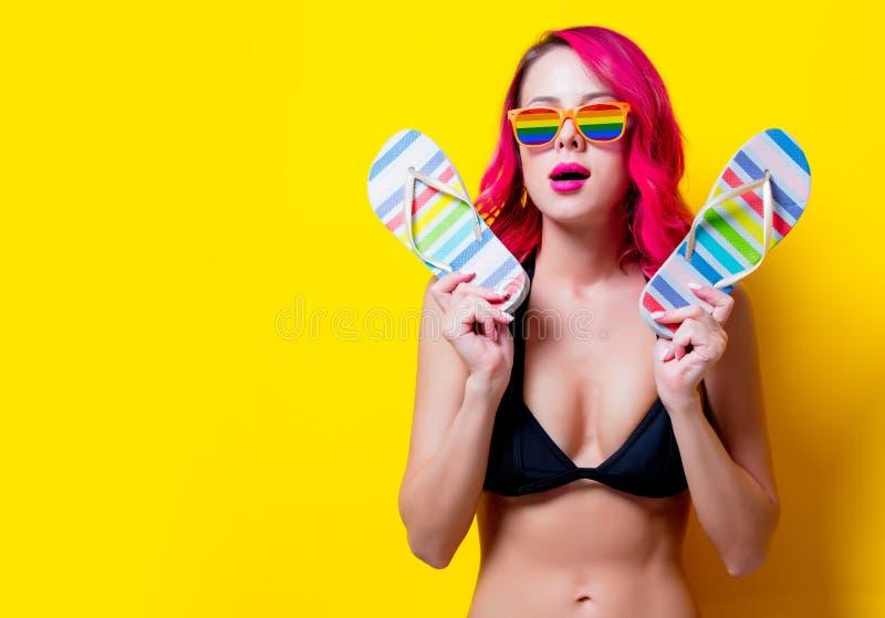 Muchacha rosada joven del pelo en vidrios del bikini y del arco iris fotografía de archivo