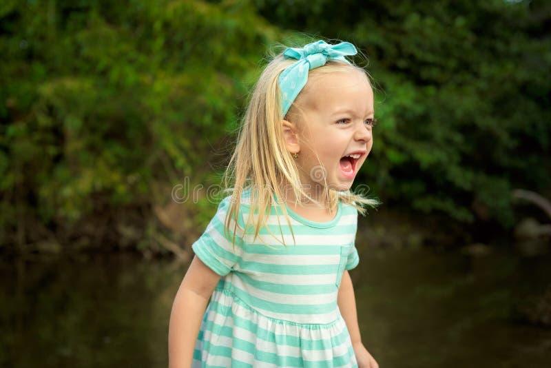 Muchacha rubia adorable que se divierte al aire libre fotografía de archivo libre de regalías