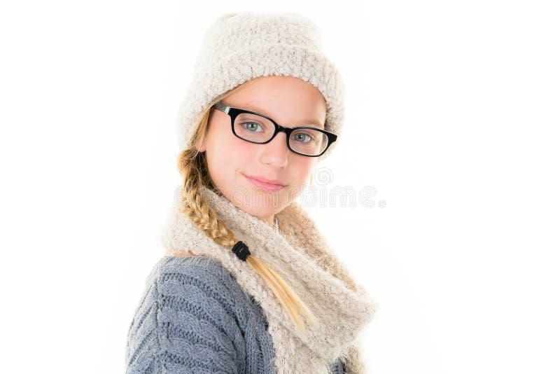 muchacha rubia alegre adolescente con los vidrios y las lanas de la bufanda fotografía de archivo
