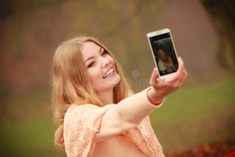 Muchacha rubia alegre que toma el selfie fotos de archivo libres de regalías