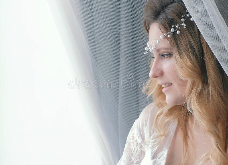 Muchacha rubia atractiva delgada joven en ropa interior y gabinete de señora que mira la ventana Retrato del primer fotos de archivo