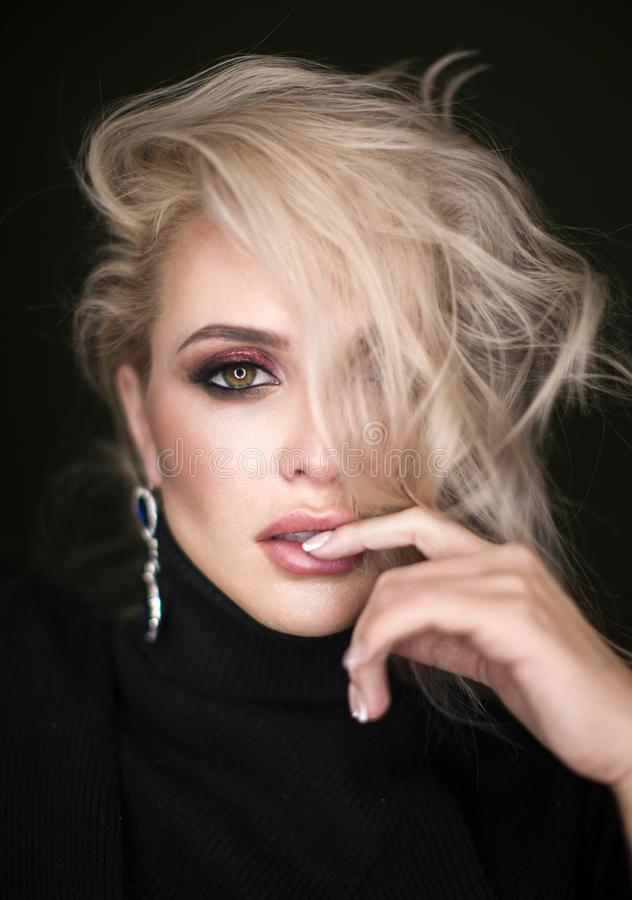 Muchacha rubia atractiva hermosa Pelo largo Blonde aislado en fondo negro imagen de archivo libre de regalías