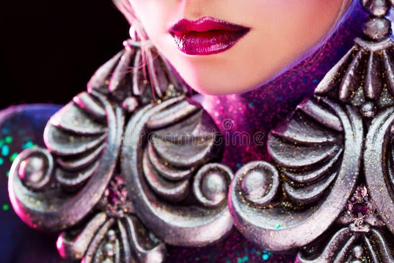 Muchacha rubia atractiva joven en arte-maquillaje brillante, en tonos púrpuras rhinestones imágenes de archivo libres de regalías