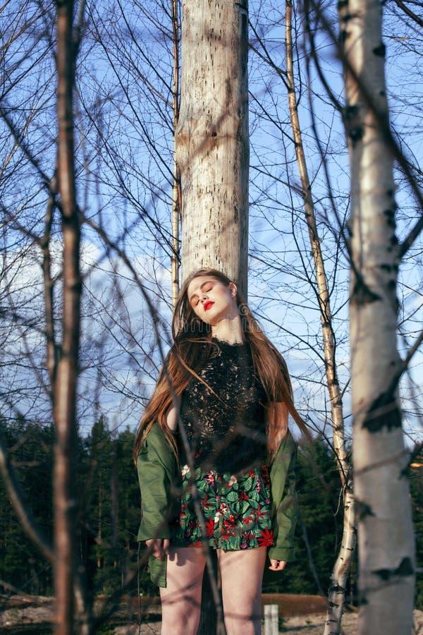 Muchacha rubia bonita joven en la mirada y el maquillaje que llevan, concepto de la moda del bosque de la gente de la forma de vi imagen de archivo