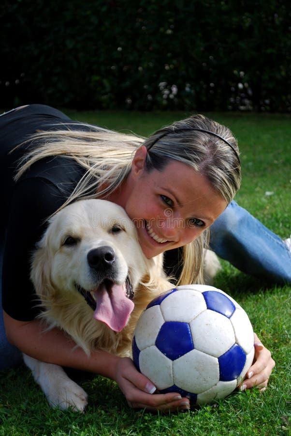 Muchacha rubia con el perro fotografía de archivo