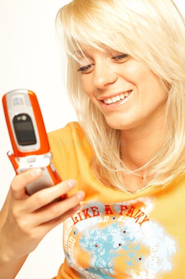 Muchacha rubia con el teléfono celular foto de archivo libre de regalías