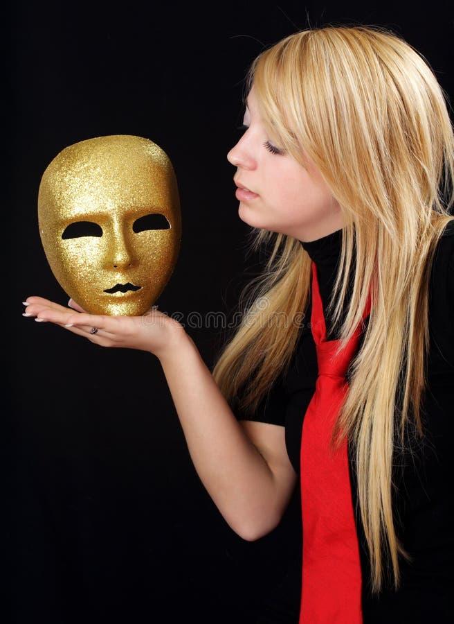 Muchacha rubia con la máscara del oro imagenes de archivo