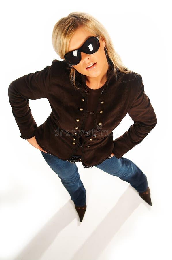 Muchacha rubia con las gafas de sol negras en blanco fotografía de archivo libre de regalías