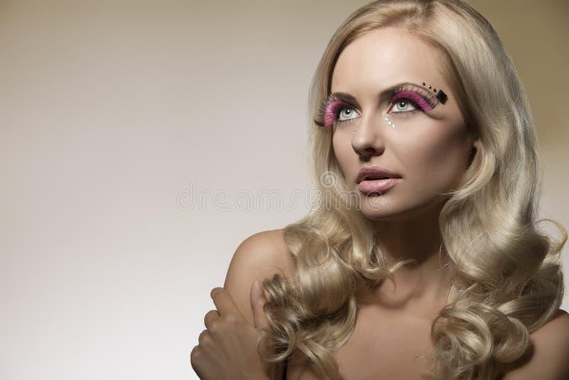 Muchacha rubia con maquillaje creativo fotos de archivo libres de regalías